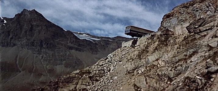 Click image for larger version  Name:Italian Job end film - bus on edge.jpg.jpeg Views:7 Size:94.5 KB ID:197251